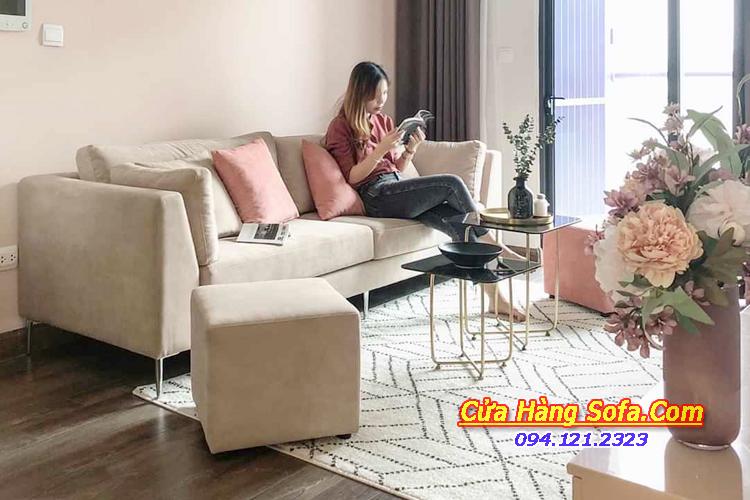 Mẫu ghế sofa văng nỉ cho phòng khách chung cư. Kết hợp đôn nhỏ để gia tăng chỗ ngồi khi có khách đến chơi